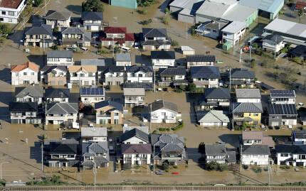 - 주택들이 13일(현지시간) 일본 도쿄 북부 아시카가에서 강력한 태풍 하기비스의 여파로 흙탕물 속에 잠겨 있다. AP 연합뉴스