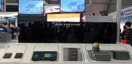 아덱스에 전시된 KFX 4대 핵심장비 EOTGP와 IRST. EOTGP 앞에 전자스크린이 설치돼 관람이 제한적으로 허용된다.[사진=김수한 기자/soohan@]