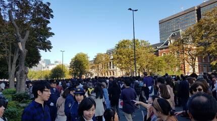 (도쿄=연합뉴스) 10일 오후 도쿄 왕궁 인근의 경시청 앞 거리가 나루히토 일왕의 즉위 축하 카퍼레이드를 보기 위해 몰려든 시민들로 붐비고 있다. [독자 제공]