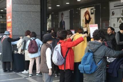 서울 관악구 롯데백화점 행사장에서 쇼핑을 하는 시민들. [연합뉴스]