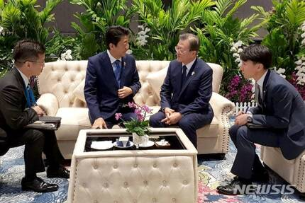 【방콕=뉴시스】박영태 기자 = 문재인 대통령이 4일 오전(현지시간) 태국 방콕 임팩트포럼에서 열린 '제22차 아세안+3 정상회의'에 앞서 아베 신조(왼쪽 두번째) 일본 총리와 사전환담을 하고 있다. (사진=청와대 제공) 2019.11.04.  since1999@newsis.com