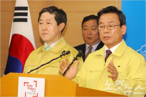 박인용(오른쪽) 국민안전처 장관이 지난달 22일 오전 서울 종로구 정부서울청사에서 세월호 선체 인양을 확정 발표한 뒤 인사하고 있다. (박종민기자)