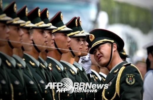 징병제 국가라고 하기엔 애매한 측면이 있긴 하지만 중국 인민해방군도 신입 병사에게 약 18만원의 월급을 줍니다. 중국도 이런데 우리 병사들의 월급을 모병제 국가와 비교하는 것은 의미가 없을 것 같네요. ⓒ AFPBBNews=News1