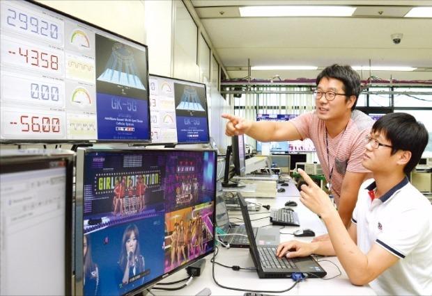 ETRI 연구진이 밀리미터파 주파수 대역에서 통신 신호를 끊김없이 송수신할 수 있는 빔(beam) 스위칭 기술을 시연하고 있다. ETRI 제공