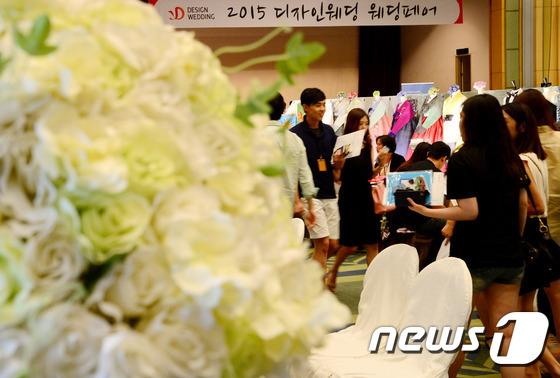 2015 디자인웨딩 웨딩페어를 찾은 예비 신랑신부들./뉴스1 © News1 박정호 기자