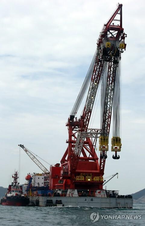 세월호 침몰현장에 정박한 中인양작업선(연합뉴스 자료사진)