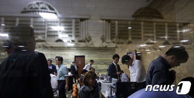 2일 서울 여의도 국회에서 해양수산부 직원들이 국정감사 준비로 분주히 움직이고 있다. 2015.10.2/뉴스1 © News1 유승관 기자