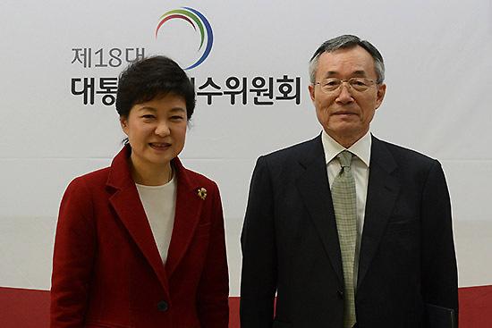 ⓒ연합뉴스 : 2013년 1월6일 박근혜 당시 대통령 당선자가 곽병선 교수를 인수위 교육과학분과위원으로 임명했다(위). 박근혜 후보의 교육 공약을 성안한 곽 교수는 국정화 지지 교수 명단에 이름을 올렸다.