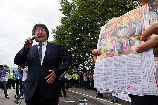 ⓒ연합뉴스 : 대북전단보내기국민연합 대표로 활동하는 최우원 부산대 교수(위)도 '국정화 지지' 의사를 밝혔다.