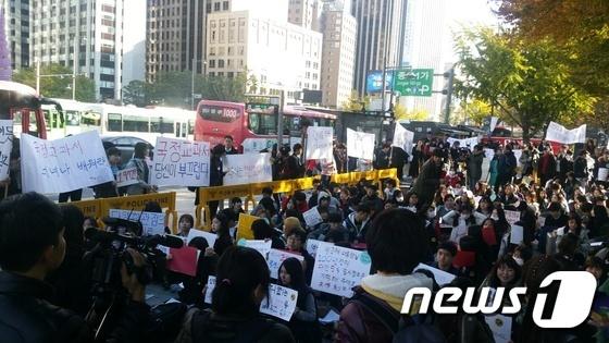 31일 오후 3시쯤 국정교과서반대 청소년행동에서 한국사 국정교과서에 반대하는 집회를 열고 있다. © News1