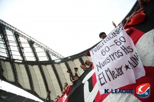 몰리나의 최단기간 60-60 클럽 가입을 축하하는 현수막. 프로축구연맹 제공