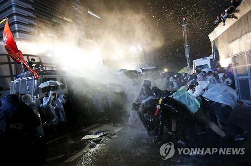 (EPA=연합뉴스) 11월14일 1차 민중총궐기 당시 경찰과 시위대의 충돌 모습
