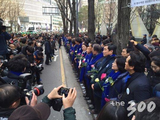5일 서울광장 집회 현장에 새정치연합 의원들이 평화집회를 당부하고 있다./사진=머니투데이
