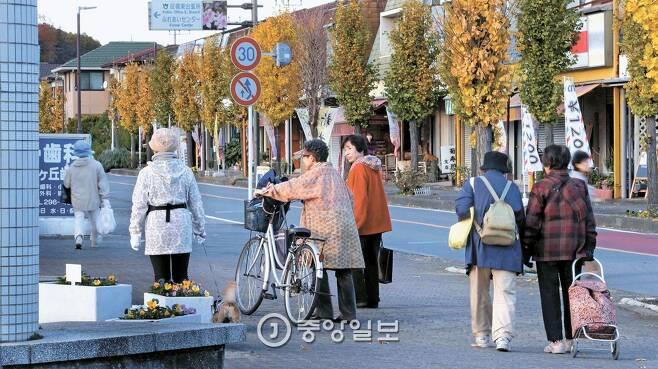 일본 사이타마현 하토야마 뉴타운은 출산율 0.6명, 노인 비율 38%의 노인 도시다. 20년 새 인구가 20% 줄어 주택 25%가 비었다. 거리에서 젊은이는 보기 힘들고 개와 산책하는 노인은 흔하다. [사이타마=신인섭 기자]