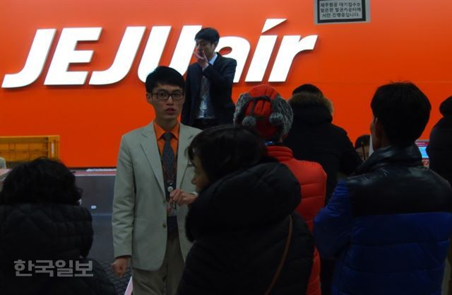 24일 출발 예정된 모든 항공편이 결항된 제주국제공항에서 항공사 직원들이 분주하게 움직이고 있다. 제주=김형준기자