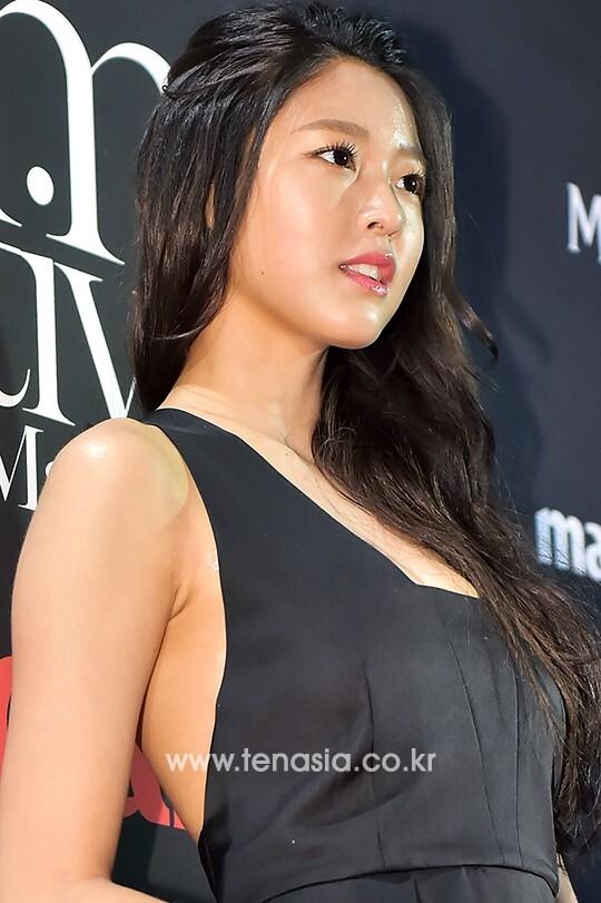배우 김설현이 포토타임을 갖고 있다.