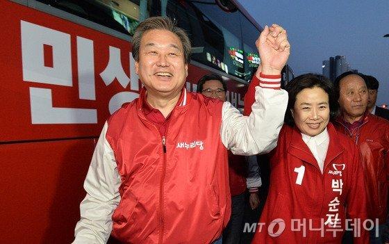 김무성 새누리당 대표가 1일 오후 경기도 안산시 단원구 홈플러스 고잔점 앞에서  지원유세를 벌이고 있다. /사진=뉴스1