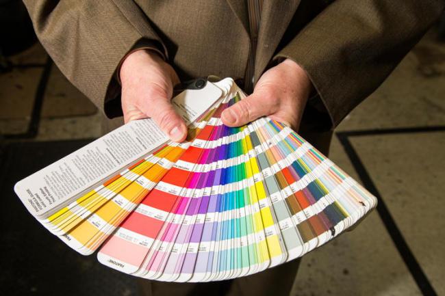 팬톤이 개발한 컬러 식별 및 매칭, 컬러커뮤니케이션(색과 관련한 의사소통)을 위한 '팬톤 컬러매칭 시스템 (PMS:Pantone Matching System®)'과 '팬톤 색 일람표(PANTONE Color Specifier)' 등이 컬러의 만국 공용어가 됐다.