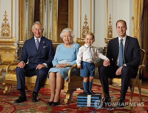 엘리자베스 여왕(왼쪽 2번째)과 아들 찰스 왕세자(왼쪽), 손자 윌리엄 왕세손(오른쪽), 증손자 조지 왕자(오른쪽 2번째) 등 3명의 왕위 계승자들의 사진.