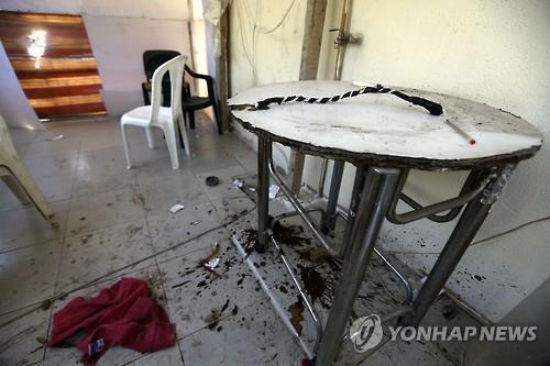 이달초 성노예 여성 75명이 구출된 레바논 중부 주니에 홍등가 건물의 경비원 대기실에 여성들을 고문할 때 사용된 것으로 알려진 채찍이 놓여있다. (AFP=연합뉴스)