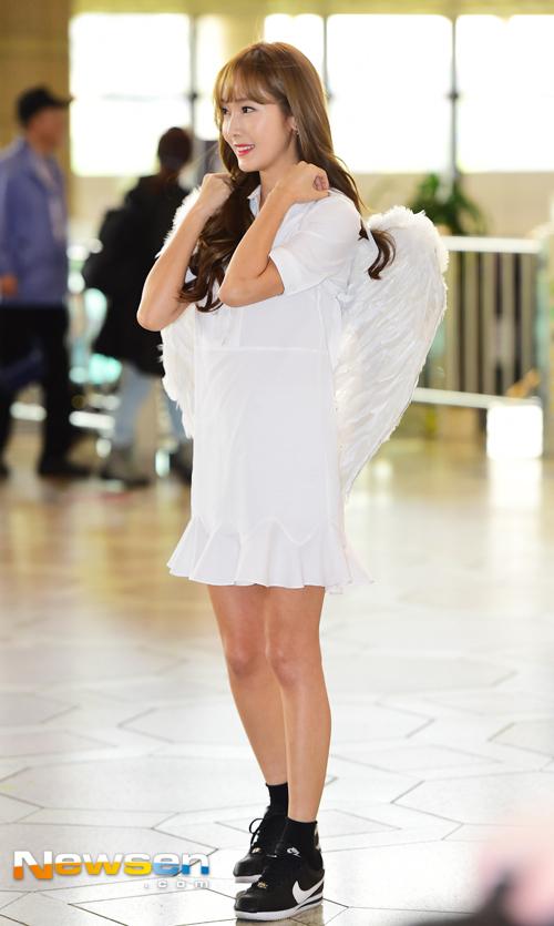 순백의 원피스에 천사의 날개까지 단 제시카의 모습, 이런 모습 어떤가요?