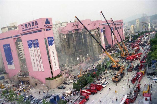 서초소방서에서 촬영한 삼풍백화점 붕괴 사고 현장. 총체적 부실임을 한 눈에 알 수 있듯 A동 건물 자체가 완전히 내려 앉았다. 동아시아 제공