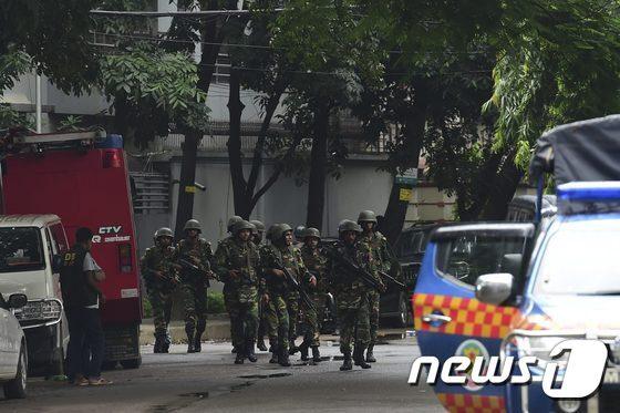 무장 인질극이 벌어진 방글라데시 수도 다카에서 2일(현지시간) 군인들이 인질 구출작전을 마친 뒤 주변 수색을 하고 있다. 이날 인질극으로 민간인 20명이 숨지고, 인질범 6명이 사살됐다. © AFP=뉴스1