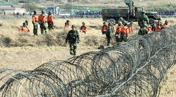 2006년 11월 군인들이 경기도 평택 대추리 미군기지 예정지에서 철조망 추가 설치 작업을 하고 있다. 국방부는 세 차례의 행정대집행이 실패로 돌아가자 군병력을 투입해 대추리를 외부로부터 고립시켰다. 박종식 기자