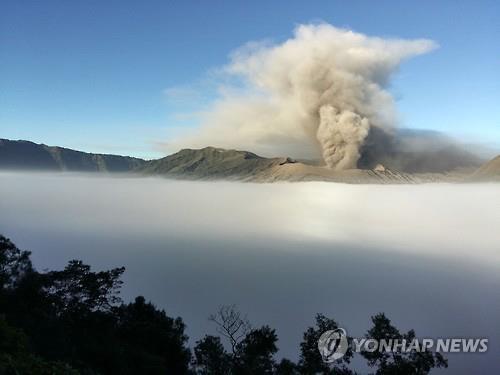 2016.7.14 인도네시아 동부 자바 프로볼링고의 브로모 화산이 분화해 화산재를 뿜어올리고 있다.(AFP=연합뉴스자료사진)