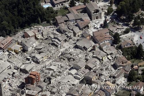 상공에서 본 아마트리체. 상당수 건물이 무너져내렸다(AP=연합뉴스)