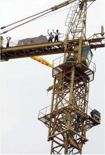 임금체불에 항의, 타워크레인에서 농성을 벌이는 노동자들. 경향신문 자료사진