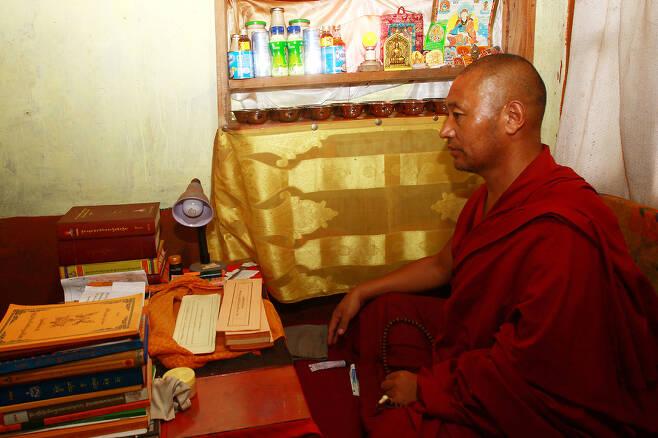 인도 다람살라의 허술한 쪽방 같은 독립 거처에서 수행 중인 스님.