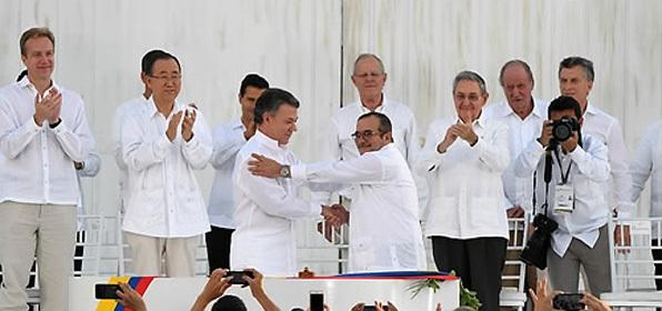 후안 마누엘 산토스 콜롬비아 대통령(가운데 왼쪽)과 콜롬비아 최대 반군 콜롬비아무장혁명군(FARC) 지도자 로드리고 론도뇨가 지난달 26일 해안도시 카르타헤나에서 52년간의 내전을 끝내는 역사적인 평화협정에 공식 서명한 후 악수를 하고 있다.