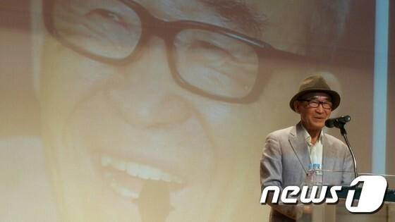 고은 시인이 5일 오후 오산시청 대강당에서 열린 '독산성문화제'에서 '시와 더불어, 삶과 더불어'라는 제목으로 강연하고 있다. © News1