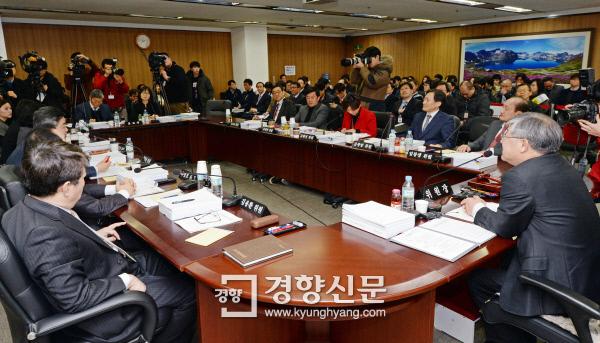 월성1호기 계속운전 허가안을 논의 중인 원자력안전위원회 회의.  / 강윤중 기자