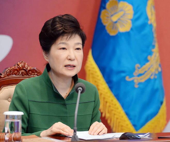 박근혜 대통령이 11일 오전 청와대에서 열린 청와대-세종청사간 영상국무회의에 참석해 모두발언을 하고 있다. 청와대사진기자단.