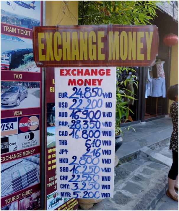 베트남에선 금은방이 최고의 환전 장소라 알려졌으나 지역에 따라 다르다. 하노이의 노이바이 국제공항이나 시내 은행이 여행사보다는 환전에 유리하다.