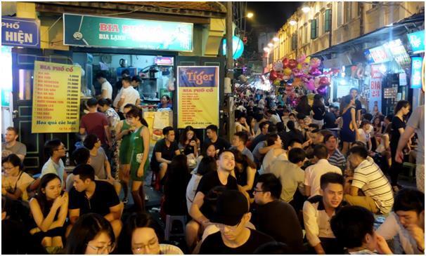 평범한 주중에 펼쳐지는 타 히엔 거리의 야성. 생맥주 대신 병맥주와 쉬샤(shisha, 터키식 담배)가 점령했다.