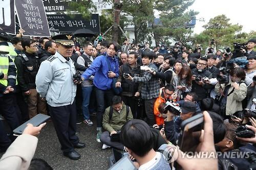 """지난 23일 홍완선 종로경찰서장은 서울대학교 병원에서 브리핑을 열고 """"유족들의 반대의사를 존중해 영장을 집행하지 않는다""""고 밝힌 뒤 철수했다."""