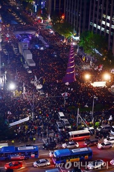 29일 저녁 서울 청계광장에서 열린 촛불집회에서 시민들이 '최순실 파문'에 대한 진상규명과 책임자 처벌 등을 요구하고 있다./사진=이기범 기자
