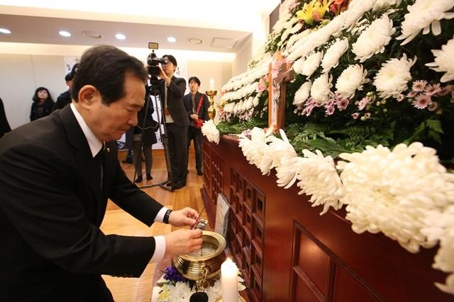 지난 11월3일 정세균 국회의장이 서울 종로구 연건동 서울대병원 장례식장에 마련된 고 백남기 농민의 빈소를 찾아 조문하고 있다. 류우종 기자
