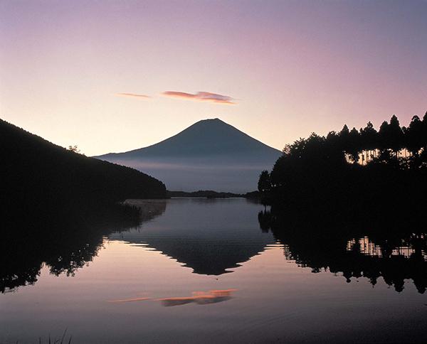 호수에 비친 후지산의 풍경을 감상할 수 있는 타누키코. ⓒ MK스타일 / 월간 여행스케치