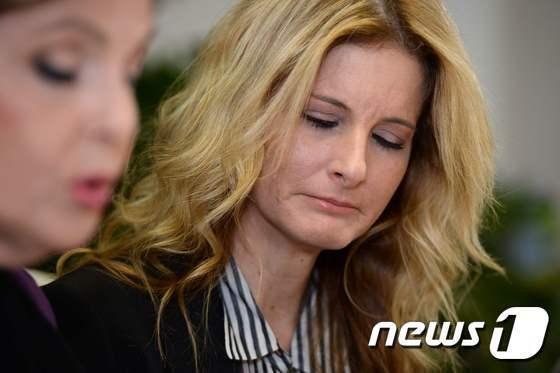 섬머 제르보스가 11일(현지시간) 캘리포니아 로스앤젤레스(LA)에 위치한 ) 변호사 글로리아 알레드 사무실에서 기자회견을 하고 있다. © AFP=뉴스1