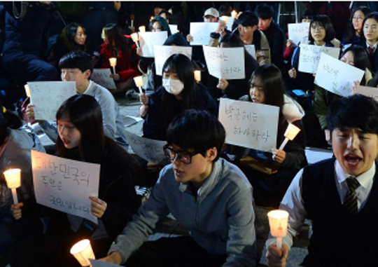 On November 17, high school seniors who took their College Scholastic Ability Tests (CSATs) gather in front of Bosingak, Jongno-gu, Seoul and hold a candlelight vigil demanding President Park Geun-hye to step down. Kim Chang-gil
