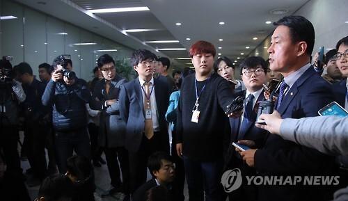 기자회견하는 황영철 의원 [연합뉴스 자료사진]