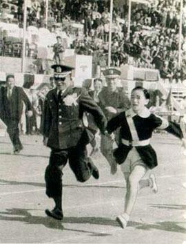 박근혜 대통령(사진 오른쪽)이 장충국민학교(현재 초등학교) 4학년 시절 운동회에서 아버지 박정희 당시 국가재건최고회의 의장의 손을 잡고 달리기를 하고 있다. /사진출처=박정희 대통령 기념 도서관
