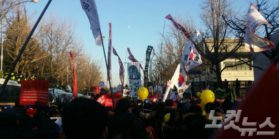 청와대 방향 행진하는 시민들