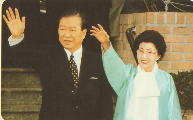 1997년 12월18일 제15대 대통령 선거가 치러진 뒤 승리가 확정되고 지지자들에게 인사하는 김대중과 이희호. 한겨레출판 제공