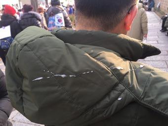 보수단체 회원에게 침을 맞은 시민 © News1