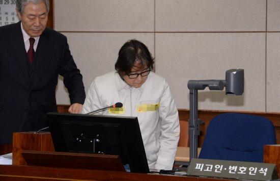 최순실씨가 19일 서울 서초구 서울중앙지법 형사대법정에서 이경재 변호사와 함께 국정농단 사건 재판 피고인석으로 착석하고 있다. 사진=뉴시스